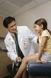 Doctor check knee reflex on child
